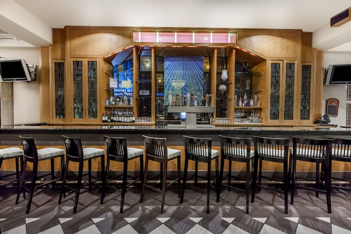 Bar at Wyndham Pittsburgh University Center in Pittsburgh, Pennsylvania