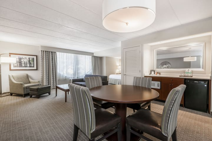 Wyndham Pittsburgh University Center suite in Pittsburgh, Pennsylvania