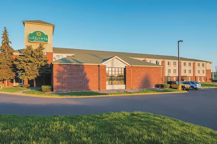 la quinta inn suites by wyndham minneapolis northwest brooklyn park mn hotels wyndham hotels resorts