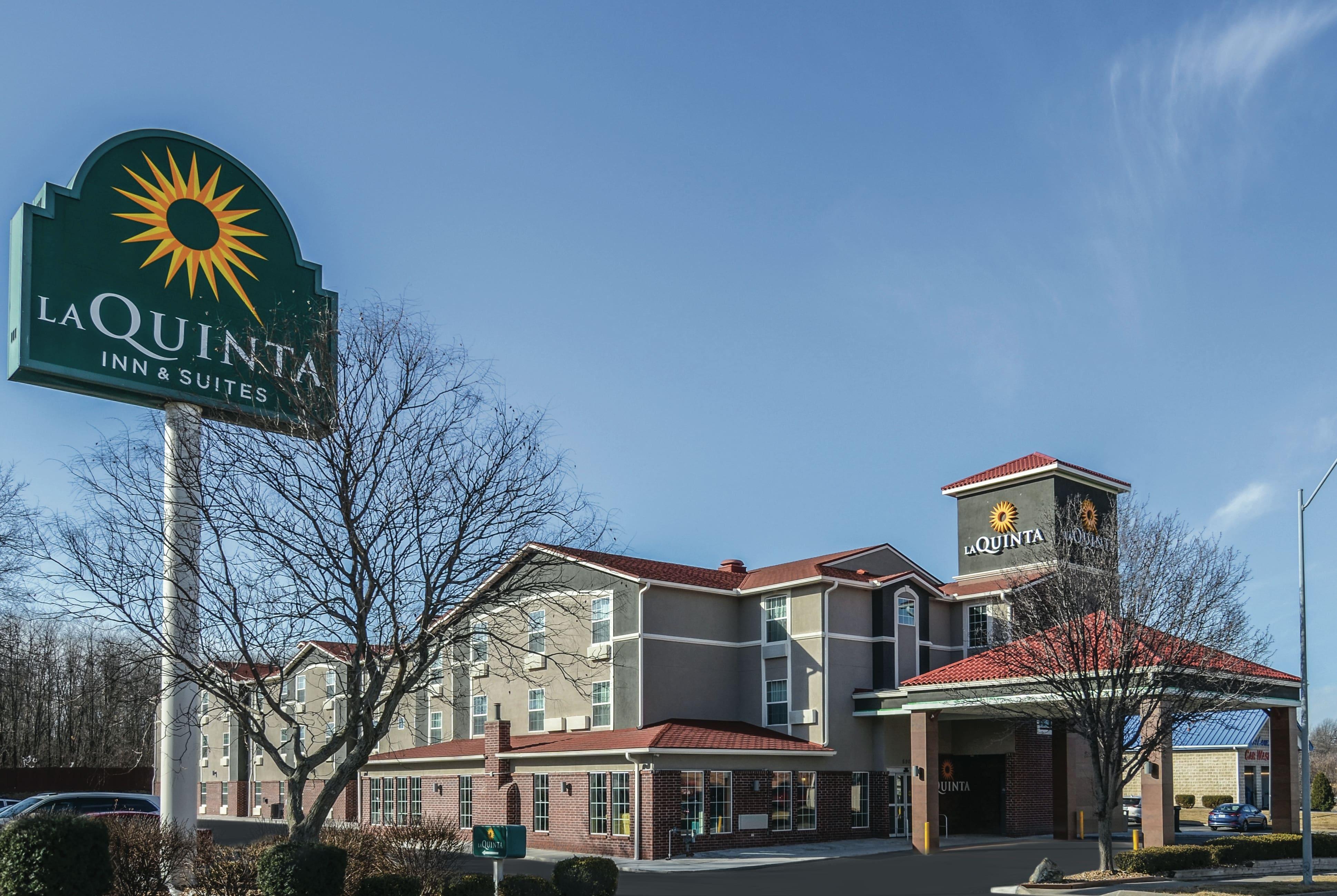 La Quinta Inn Suites By Wyndham Kansas City Airport Mo Hotels