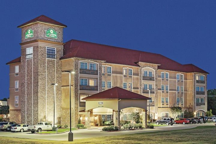 La Quinta Inn & Suites by Wyndham Allen at The Village | Allen, TX Hotels