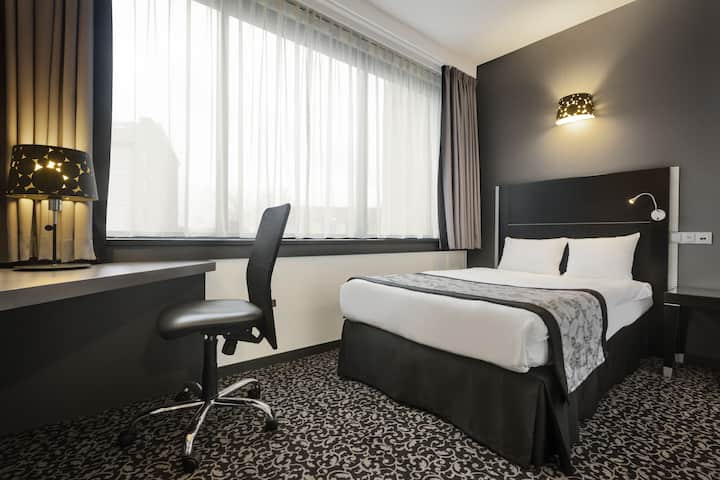 Guest room at the Ramada Brussels Woluwe in Brussels, Other than US/Canada