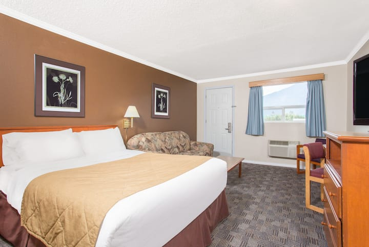 Guest room at the Ramada Limited Grand Forks in Grand Forks, British Columbia
