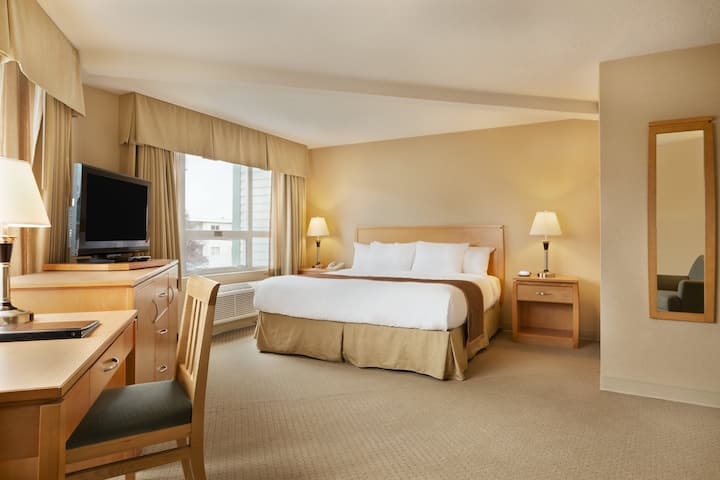 Guest room at the Ramada Nanaimo in Nanaimo, British Columbia