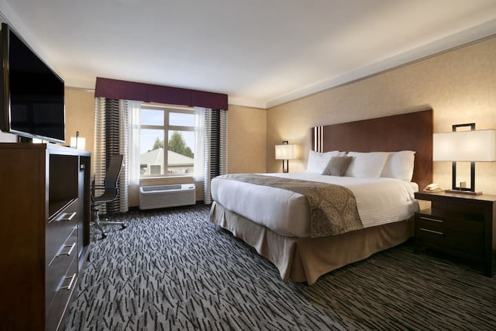 Guest room at the Ramada Pitt Meadows in Pitt Meadows, British Columbia