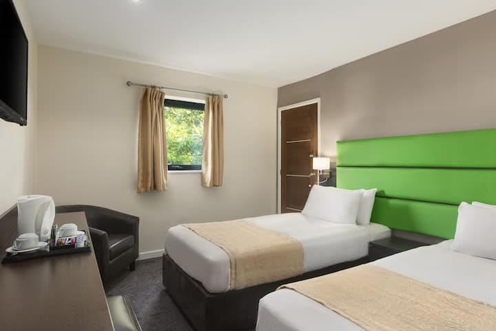 Guest room at the Ramada Oldbury Birmingham in Oldbury, Other than US/Canada
