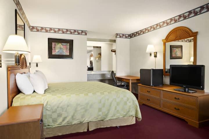Guest room at the Ramada Batesville in Batesville, Arkansas