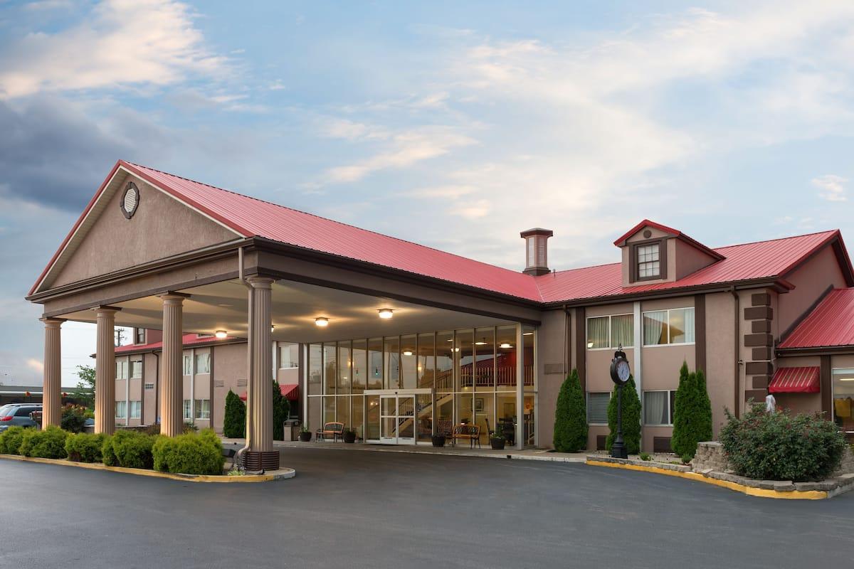 Exterior Of Ramada Bowling Green Hotel In Kentucky