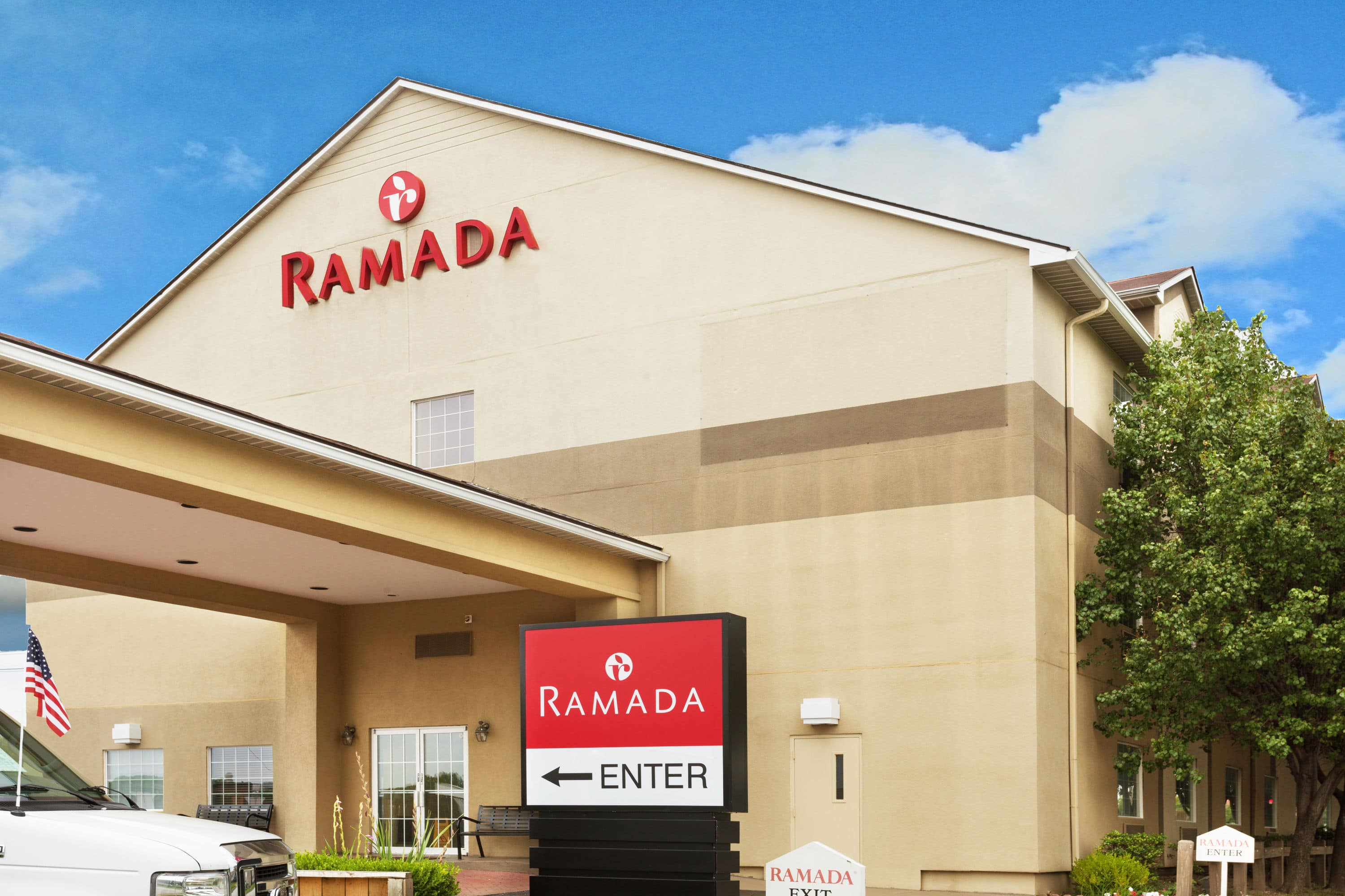 Exterior Of Ramada Louisville Expo Center Hotel In Kentucky With Hotels Near Bellarmine University