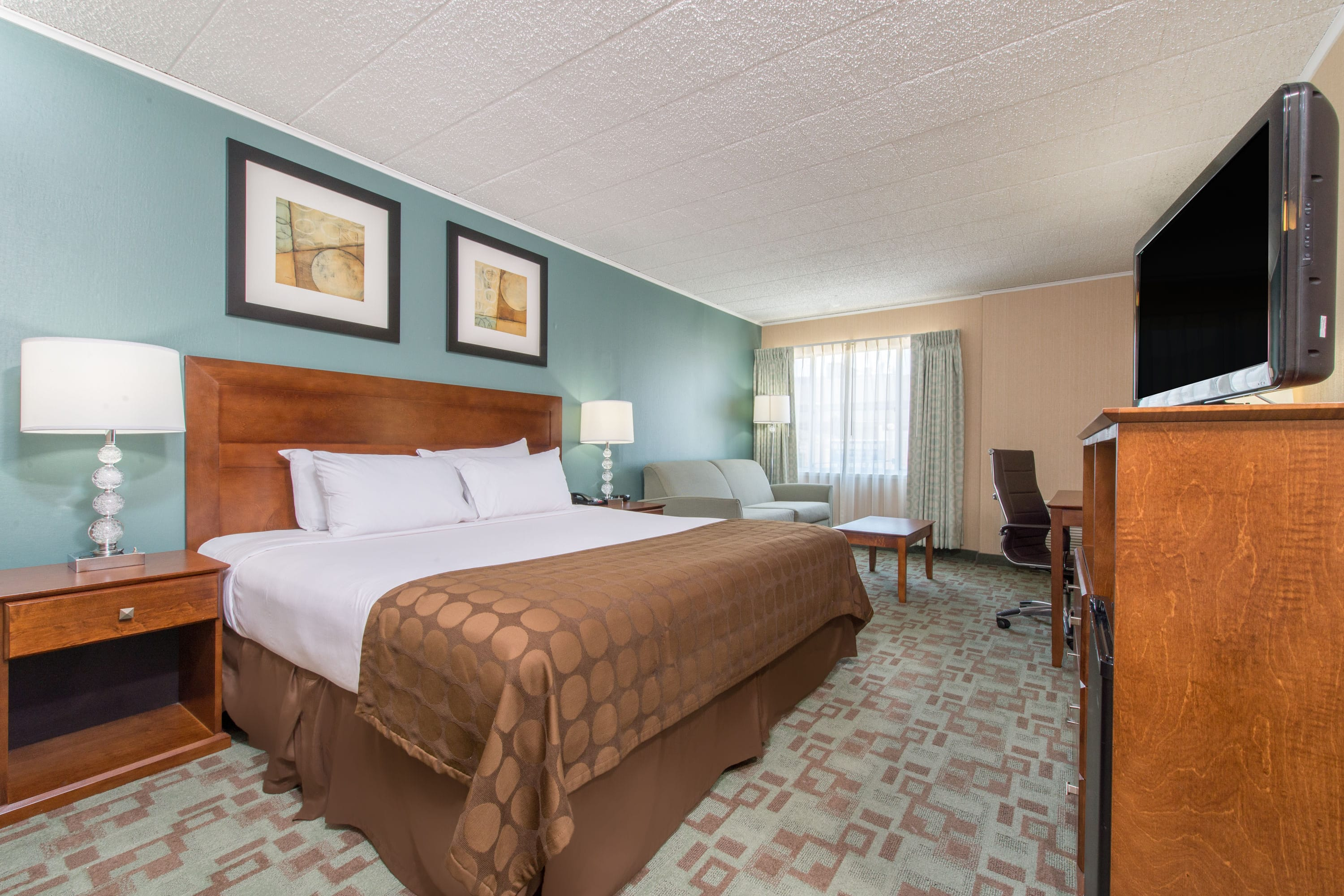 Guest room at the Ramada Vineland Millville Area in Vineland, New Jersey
