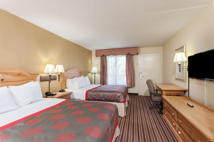 Guest room at the Ramada Lebanon in Lebanon, Tennessee