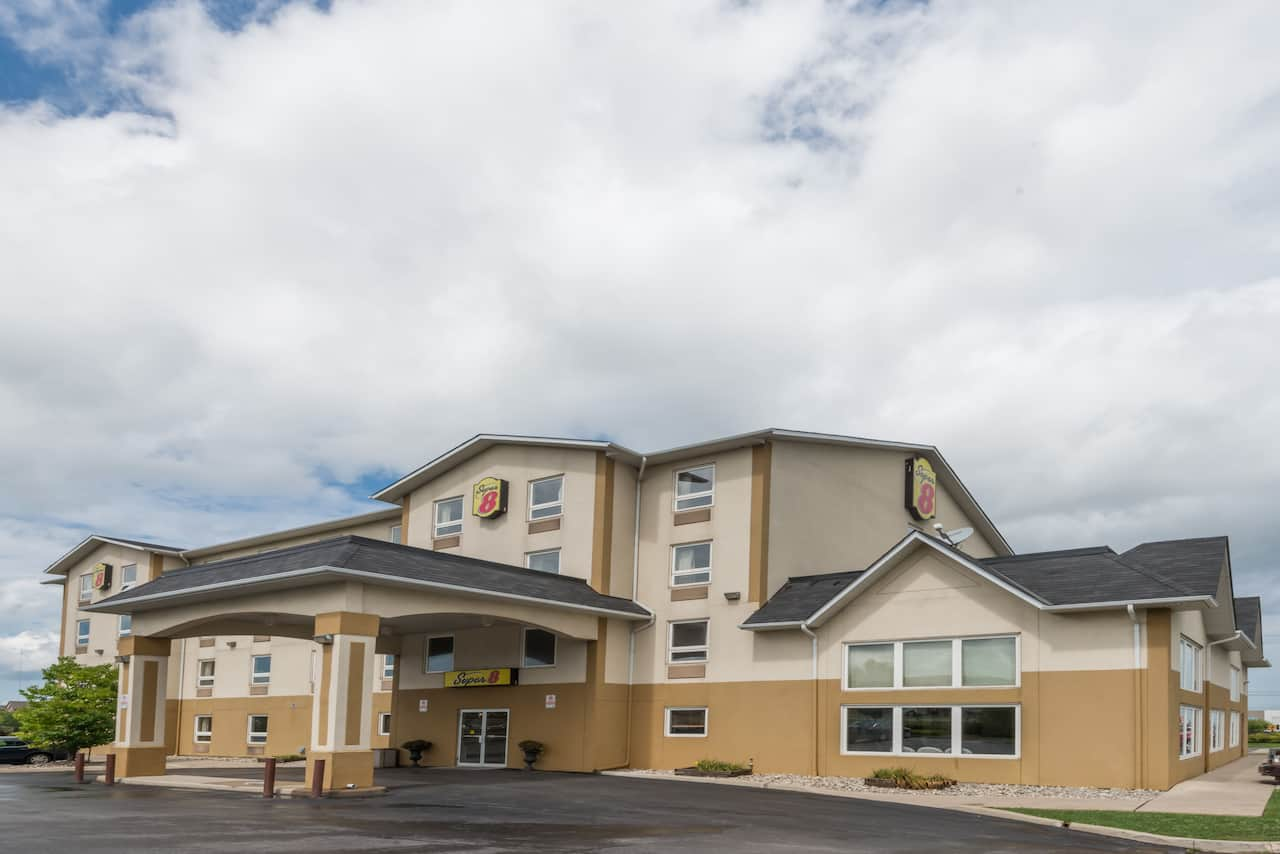 Super 8 by Wyndham Grimsby Ontario in  Jordan Station,  Ontario