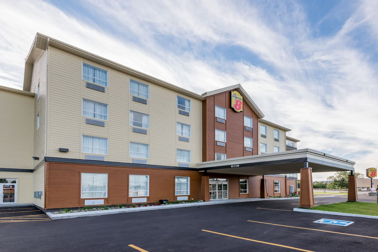 Super 8 by Wyndham Mont Laurier in Mont-Laurier, Quebec