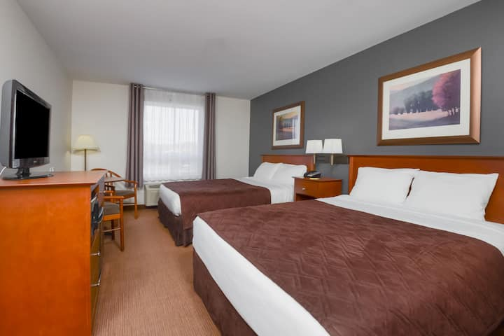 Guest room at the Super 8 by Wyndham Trois-Rivieres in Trois-Rivieres, Quebec