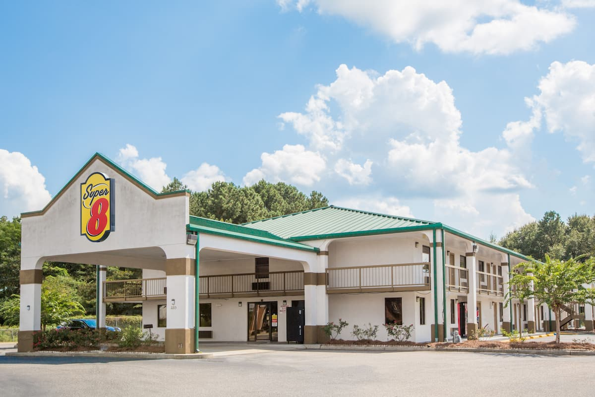 Exterior Of Super 8 By Wyndham Dothan Hotel In Alabama