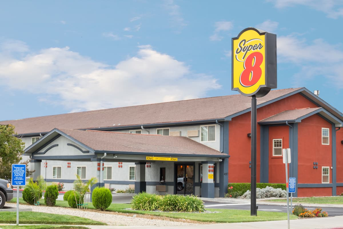 Exterior Of Super 8 Willows Hotel In California