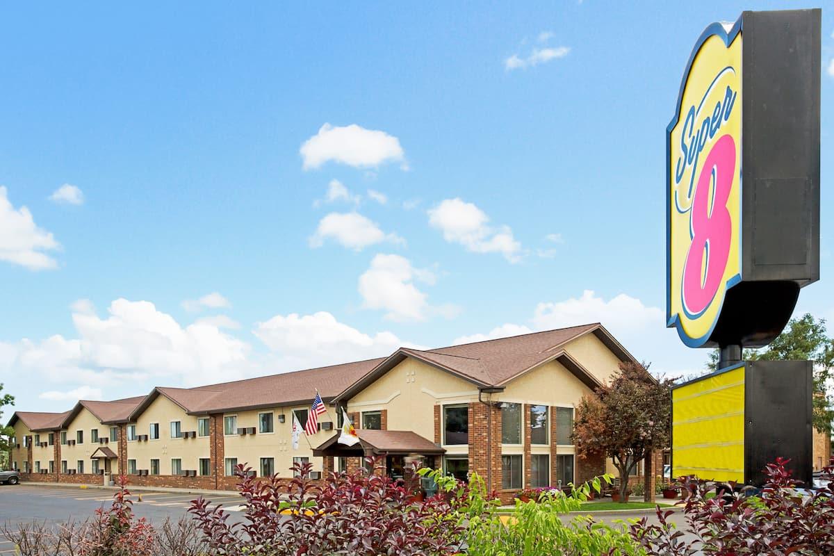 Super 8 by Wyndham Longmont/Twin Peaks   Longmont Hotels, CO 80501