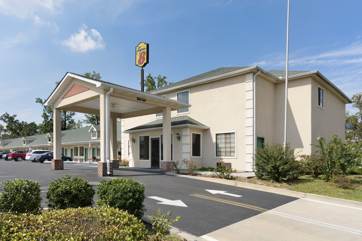 Exterior Of Super 8 Chatsworth Dalton Hotel In Georgia