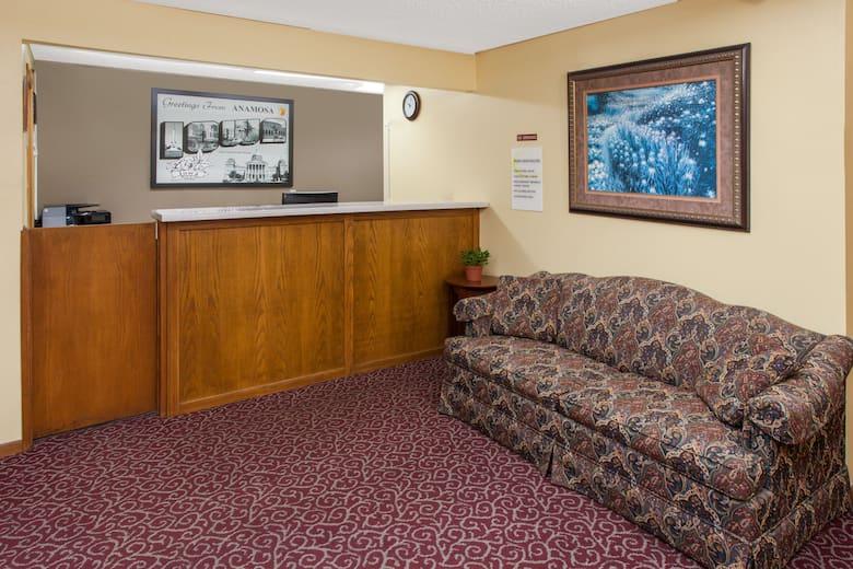 Super 8 Anamosa Ia Hotel Lobby In Iowa