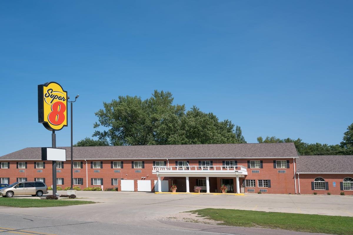 Exterior Of Super 8 By Wyndham Sheldon Hotel In Iowa