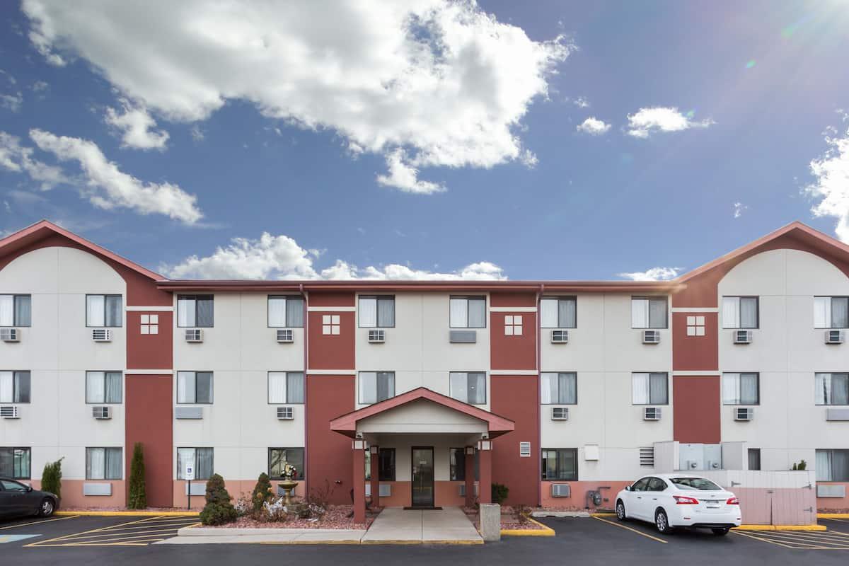 Exterior Of Super 8 Mundelein Libertyville Area Hotel In Illinois