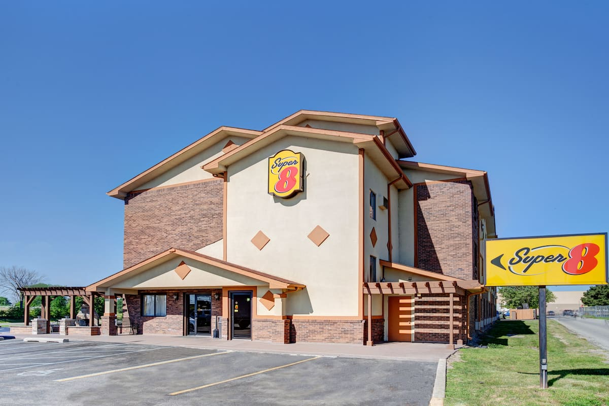Exterior Of Super 8 By Wyndham Roseville Detroit Area Hotel In Michigan