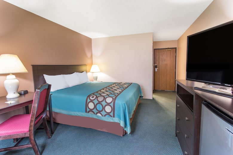 Guest Room At The Super 8 By Wyndham Austin Mn In Minnesota