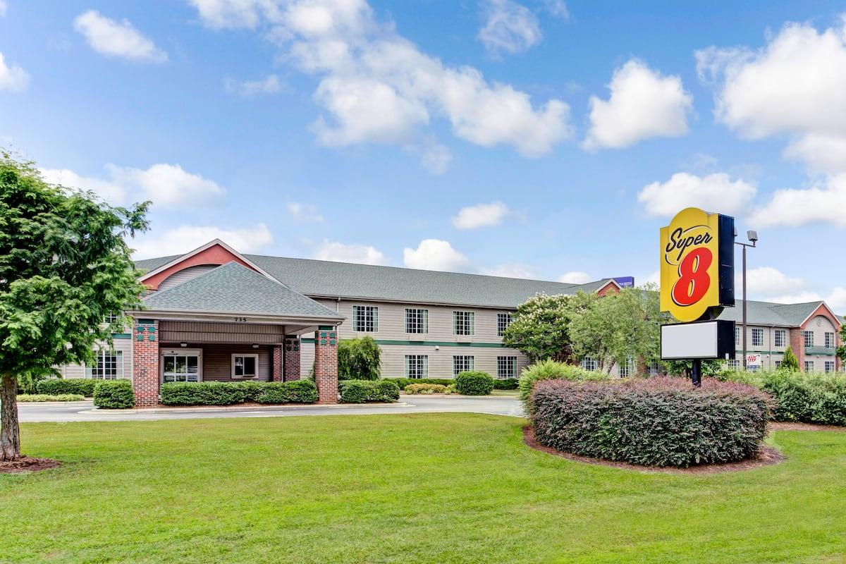 Exterior Of Super 8 Smithfield Hotel In North Carolina
