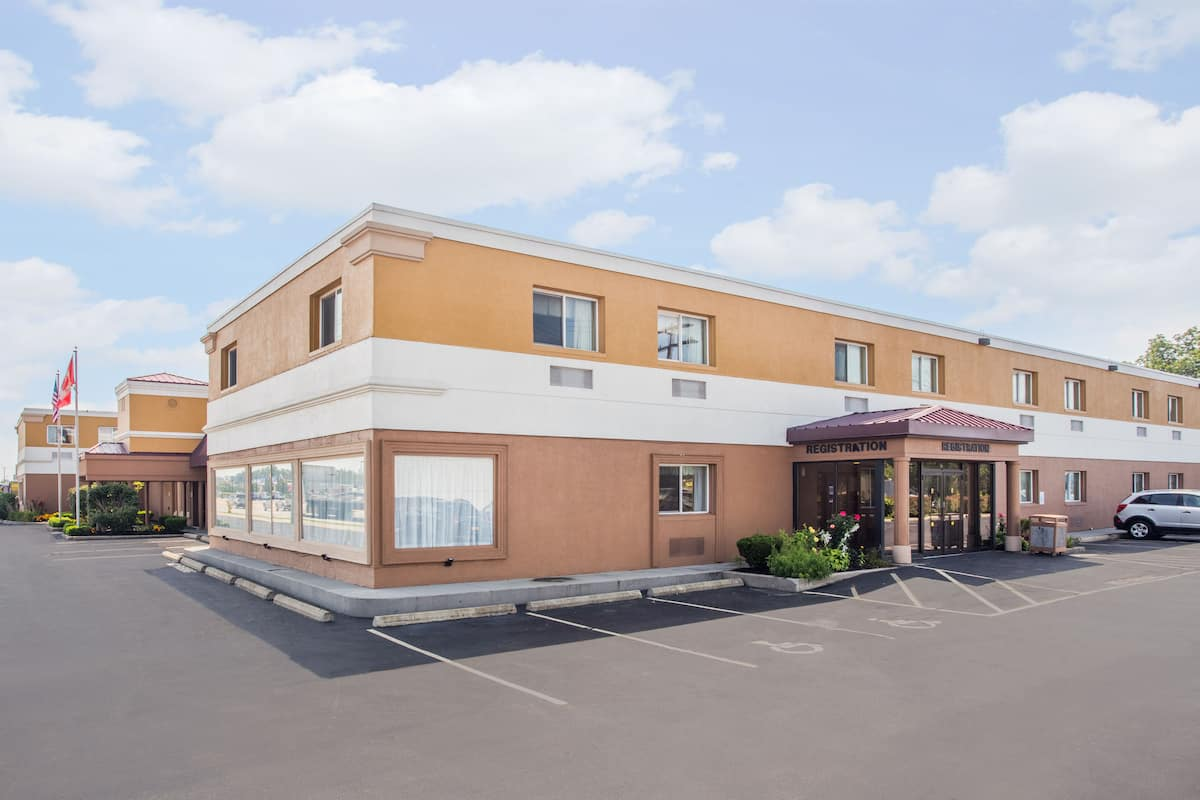 Exterior Of Super 8 Williamsville Buffalo Airport Hotel In New York