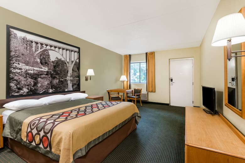 Guest Room At The Super 8 By Wyndham Milan Sandusky Area In Ohio