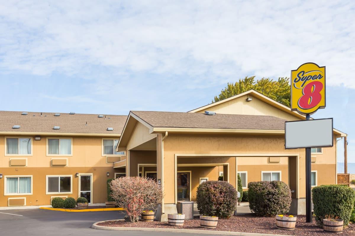 Exterior Of Super 8 Lagrande Hotel In Oregon