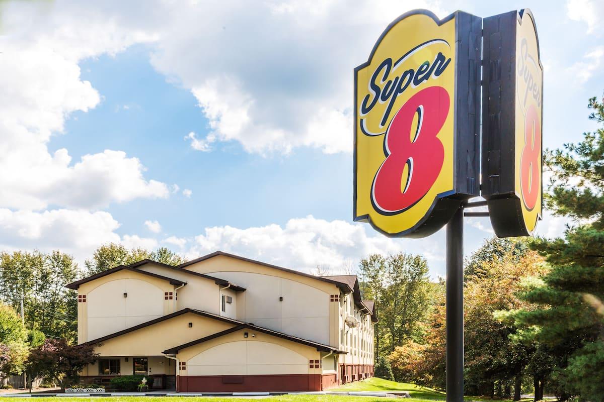 Exterior Of Super 8 Stroudsburg Hotel In East Pennsylvania