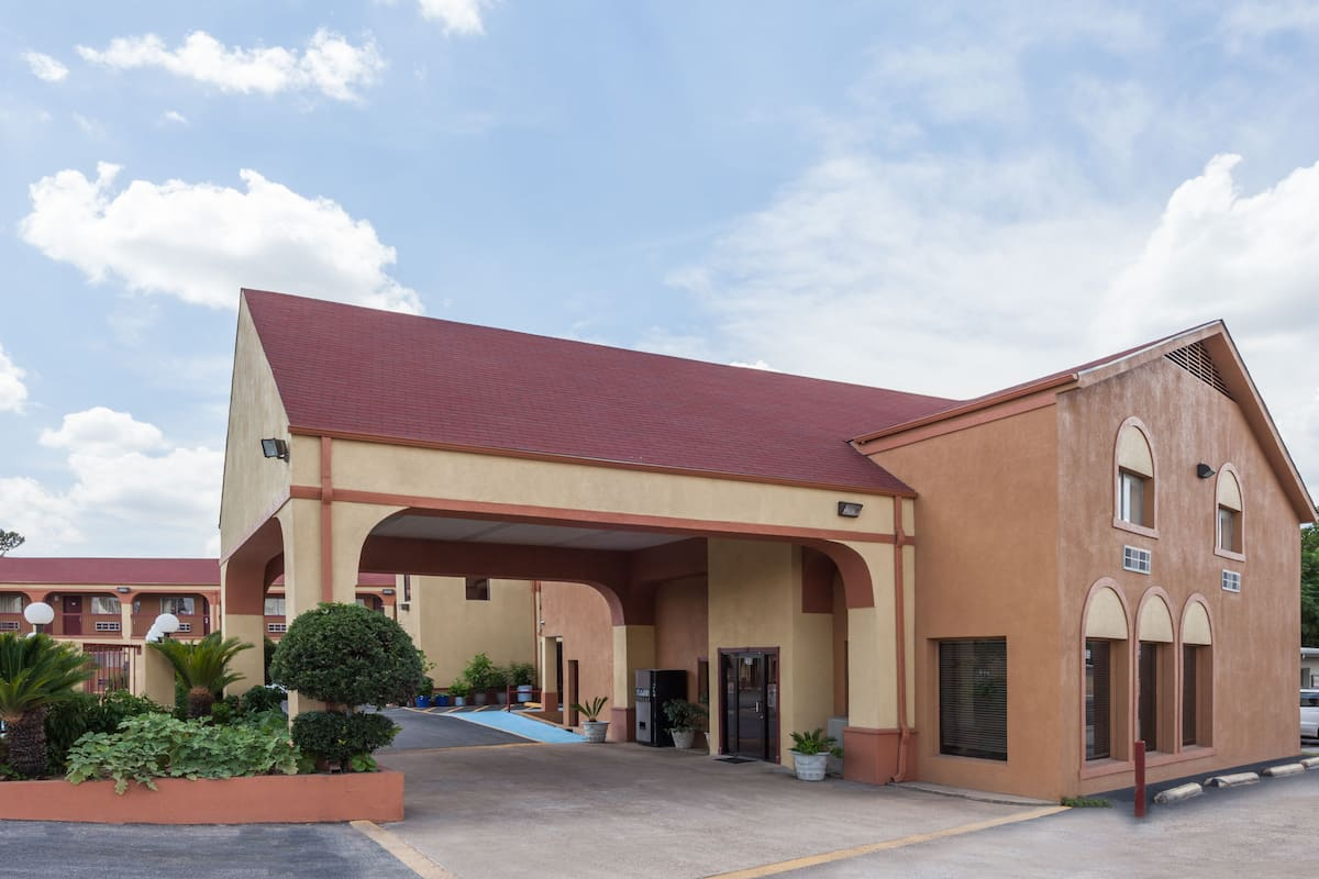 Exterior Of Super 8 Athens Tx Hotel In Texas