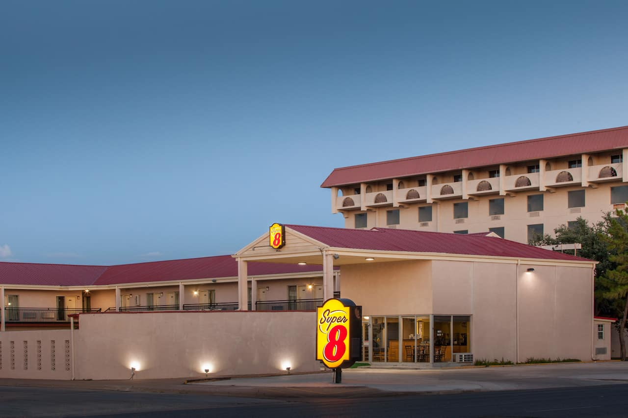 Super 8 by Wyndham Lubbock Civic Center North in  Lubbock,  Texas