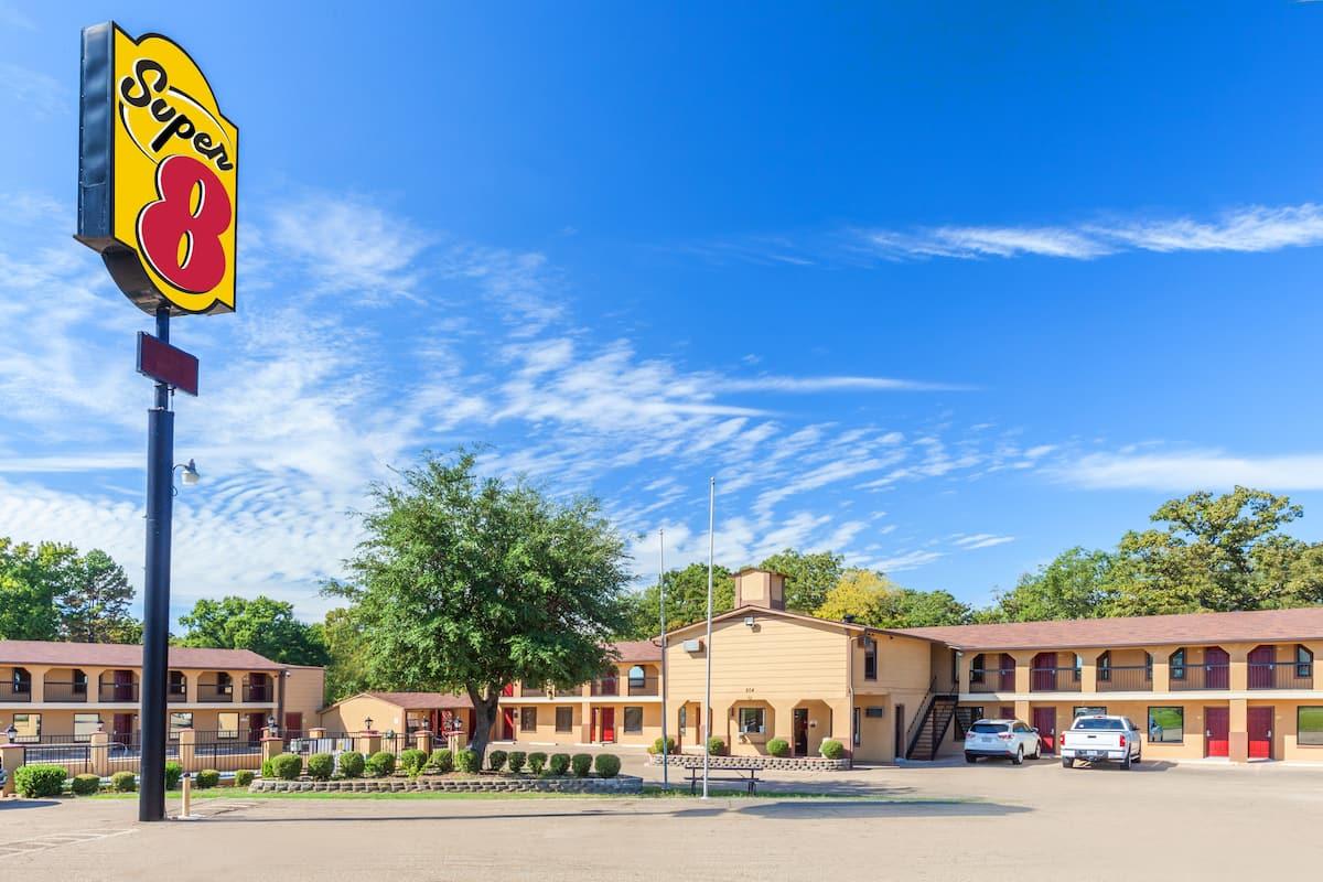 Exterior Of Super 8 Mt Pleasant Tx Hotel In Mount Texas