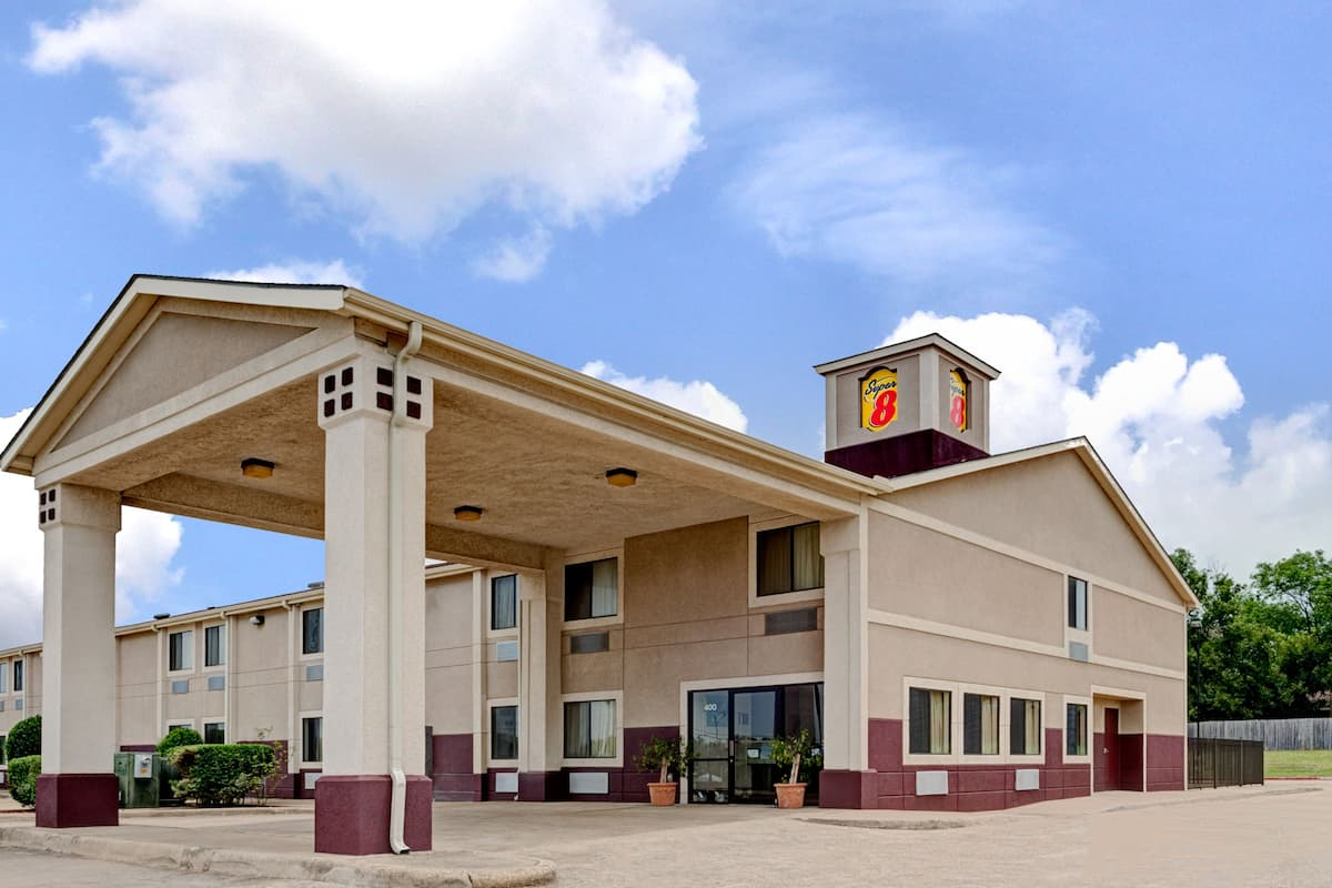 Exterior Of Super 8 Waxahachie Tx Hotel In Texas