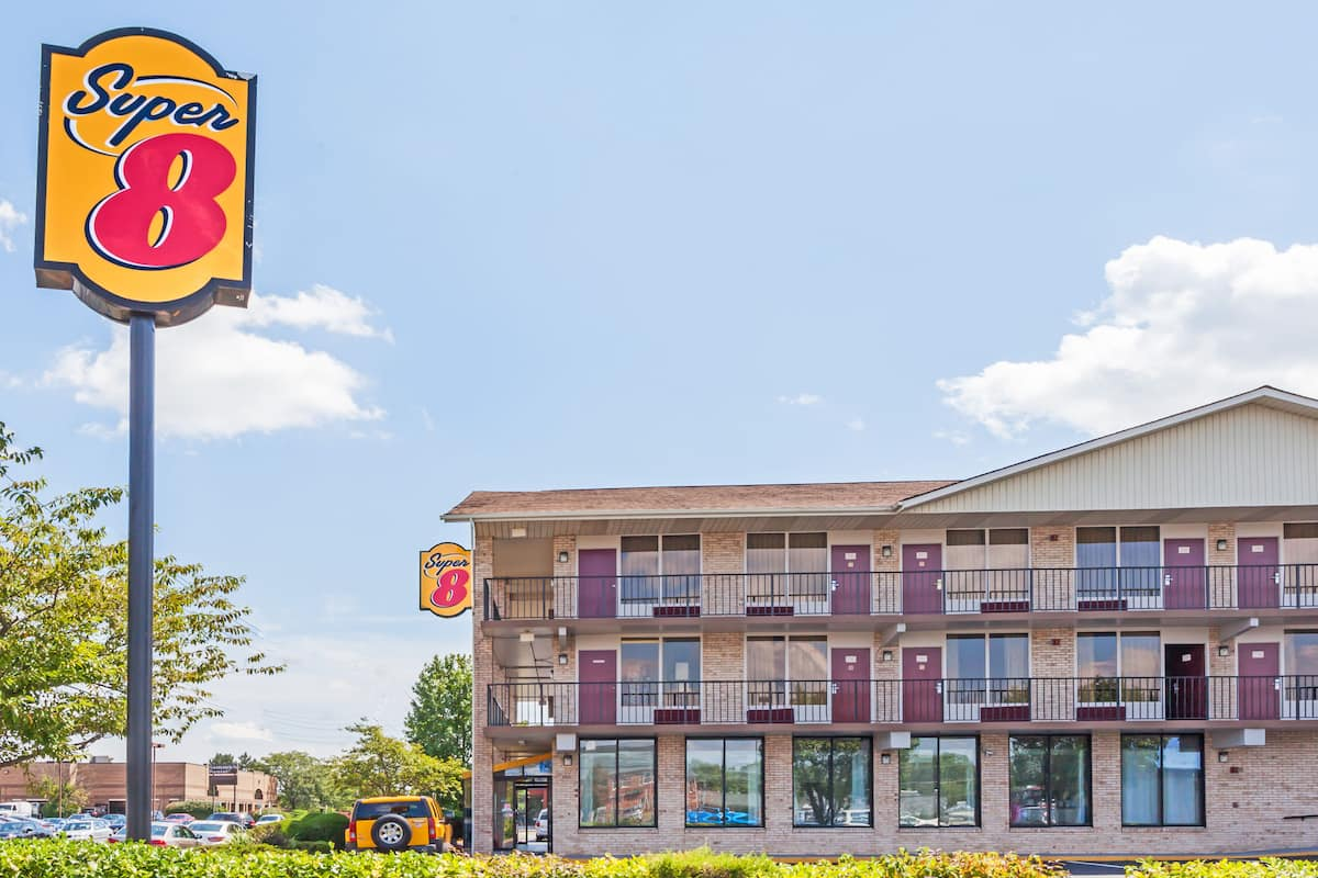 Exterior Of Super 8 Manas Hotel In Virginia